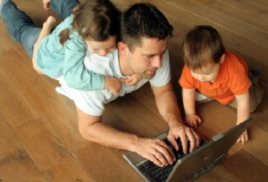 dad_kids_laptop
